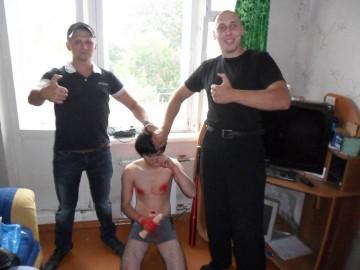 Tällä kuvalla lynkkaajat ylpeilivät teostaan, jossa tiettävästi kiduttivat hengiltä nuoren miehen ja murskasivat hänen kallonsa