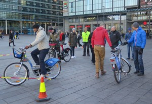 Kaupunkilaiset testailivat kaupunkipyöriä narinkkatorilla
