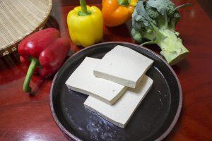 tofua-lautasella
